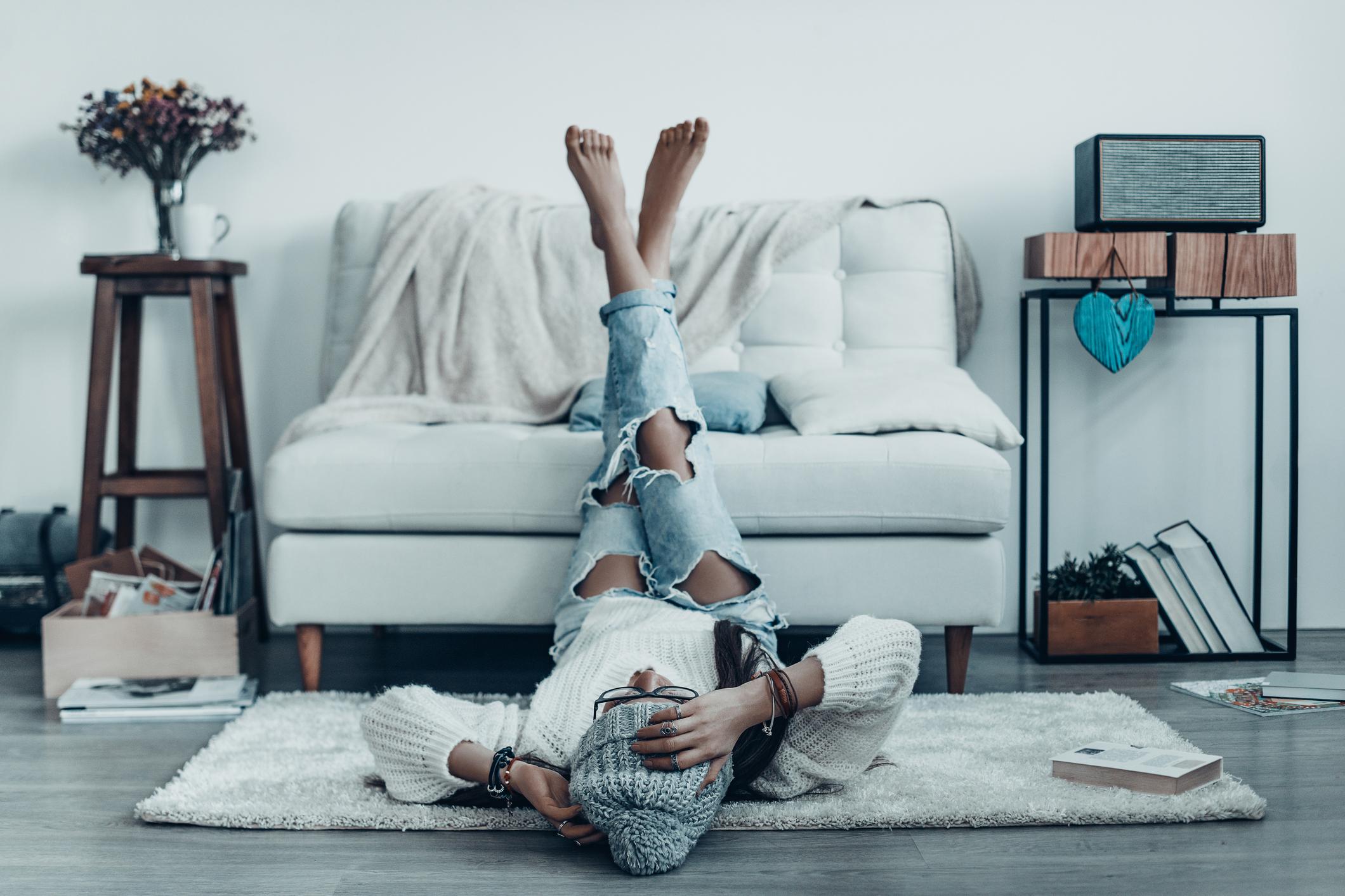 jente som ligger på gulvet